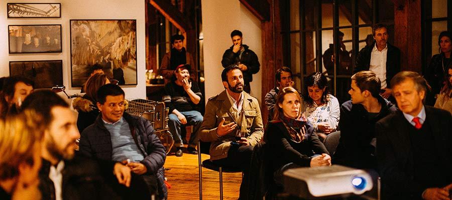Personas viendo una presentación.