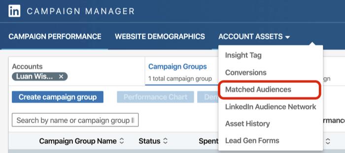 LinkedIn Kampaniyası Menecerindəki Hesab Aktivləri açılan menyusundan Uyğun Dinləyiciləri seçin