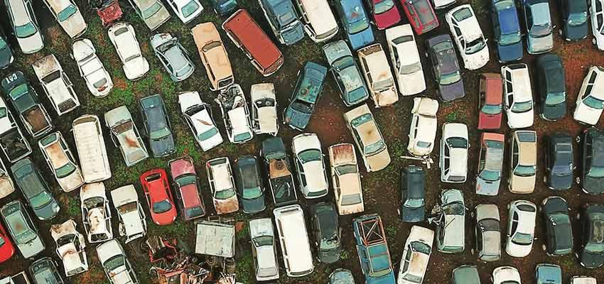 Fahrzeuge auf einem Schrottplatz.