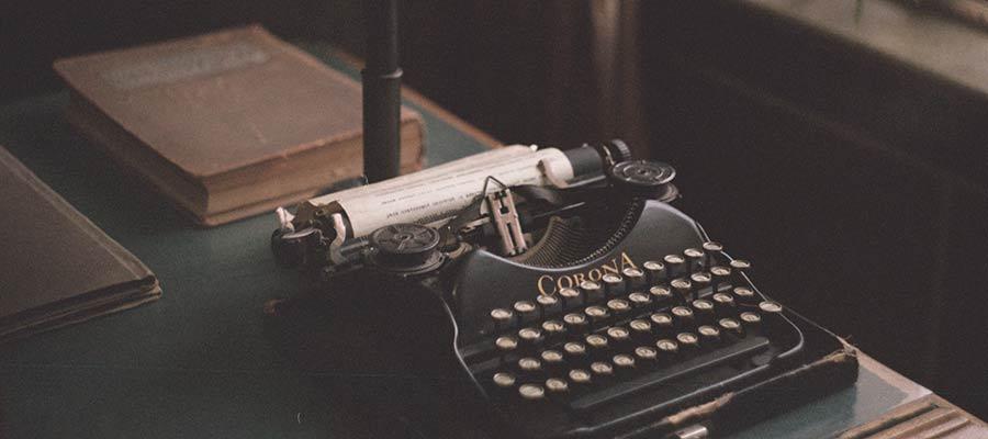 Stolüstü bir yazı maşını.