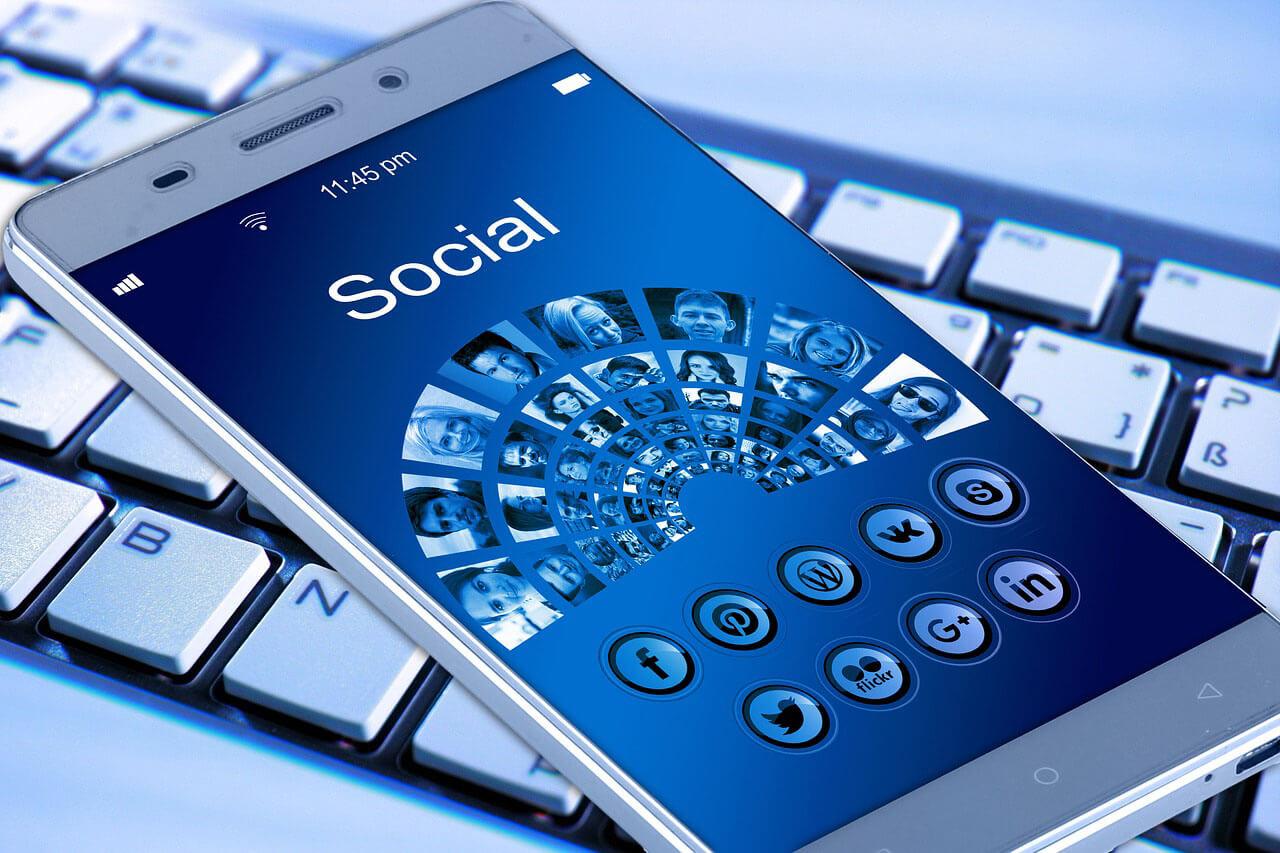 """plataformas de marketing en medios sociales """"width ="""" 1280 """"height ="""" 853 """"srcset ="""" https://blogging-techies.com/wp-content/uploads/2020/04/¿Cual-es-el-mejor-complemento-de-SEO-para-WordPress.jpg 1280w, https://themegrill.com/blog/wp-content/uploads/2017/07/social-media-marketing-platforms-300x200.jpg 300w, https://themegrill.com/blog/wp-content/uploads /2017/07/social-media-marketing-platforms-768x512.jpg 768w, https://themegrill.com/blog/wp-content/uploads/2017/07/social-media-marketing-platforms-1024x682.jpg 1024w """"tamaños ="""" (ancho máximo: 1280px) 100vw, 1280px """"></p> <p>Tus fanáticos tendrán que actuar rápido si quieren beneficiarse del descuento, ya que tu historia es en vivo solo por un tiempo limitado. Además de las promociones, puede agregar contenido detrás de escena, hacer un video boomerang para comercializar un determinado producto que está a la venta y mucho más.</p> <h3>4. Monitoreo de redes sociales (por ejemplo, métricas y análisis)</h3> <p>El monitoreo de las redes sociales es una pieza clave del marketing en redes sociales. No tiene sentido proporcionar excelente contenido en los sitios sociales, si no está recopilando información sobre su audiencia. Con el monitoreo, puede usar análisis (por ejemplo, Google Analytics) para rastrear el tráfico, el compromiso, el sentimiento y analizar exactamente lo que las personas quieren ver en su página. Con Analytics, puede usar esta función para definir mejor a su audiencia.</p> <h3>5. ¿Qué herramientas de administración de redes sociales debo usar?</h3> <p>Para que su estrategia de marketing en redes sociales rinda los mejores resultados, las empresas deben usar las herramientas adecuadas para aumentar el compromiso. BuzzSumo, por ejemplo, es una plataforma que te ayuda a encontrar el mejor contenido en la web. El contenido muy compartido debería darle una idea de lo que la gente quiere leer y compartir en las redes sociales.</p><div class='code-block code-block-5' style='margin: 8px auto; text-align: cent"""