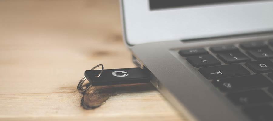 Bir kompüterə bağlanmış bir USB flash sürücüsü.