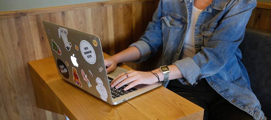 Laptop istifadə edən bir qadın.