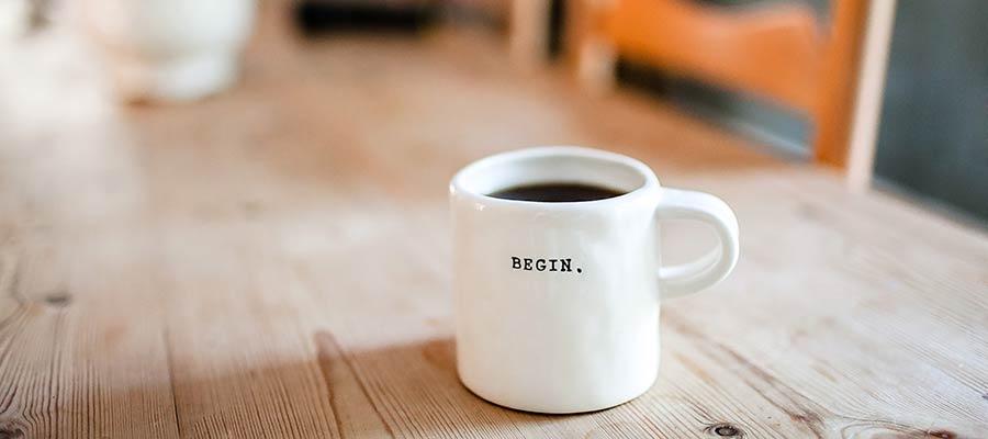 Secangkir kopi di atas meja.