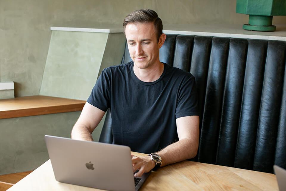 Ryan Robinson Blogger (Cómo hago dinero blogueando) Imagen de la cafetería