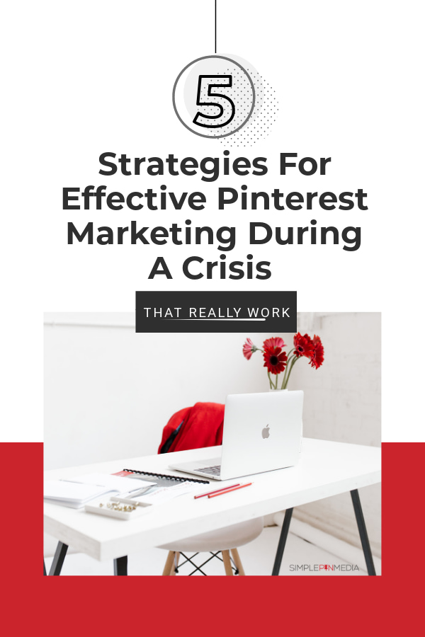 """Escritorio blanco con laptop y flores. Superposición de texto """"estrategias para una comercialización efectiva de pinterest durante una crisis"""""""