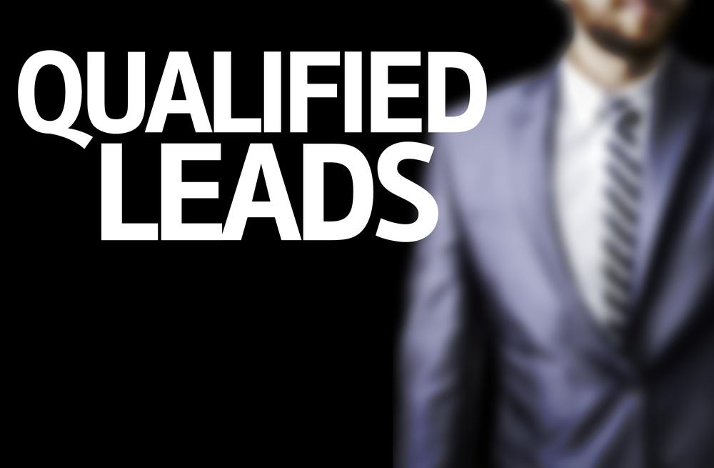 Hombre de negocios con el texto leads calificados en una imagen conceptual