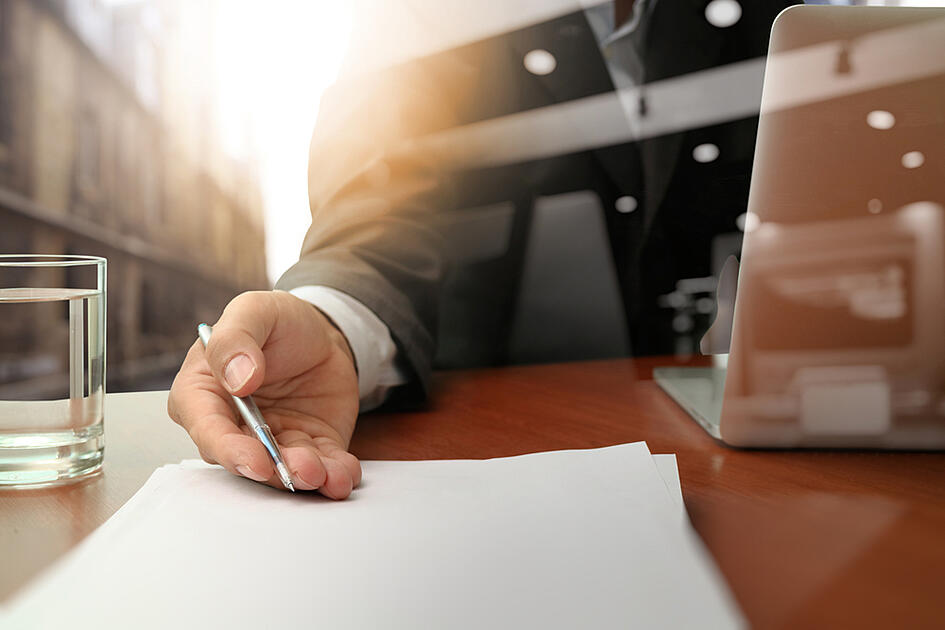 doble exposición del empresario o vendedor entregando un contrato en un escritorio de madera