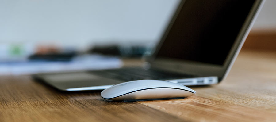 Una computadora y un mouse.