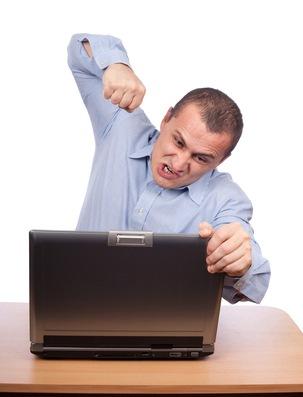 Hombre de negocios enojado en laptop