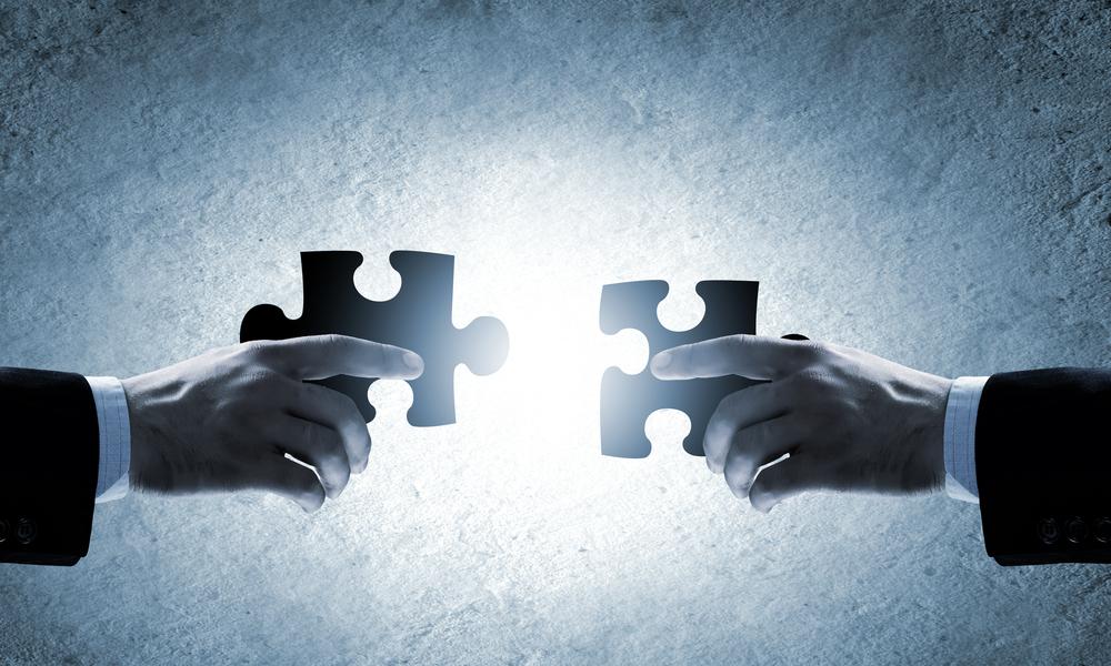 Cerrar imagen de manos conectando elementos de rompecabezas