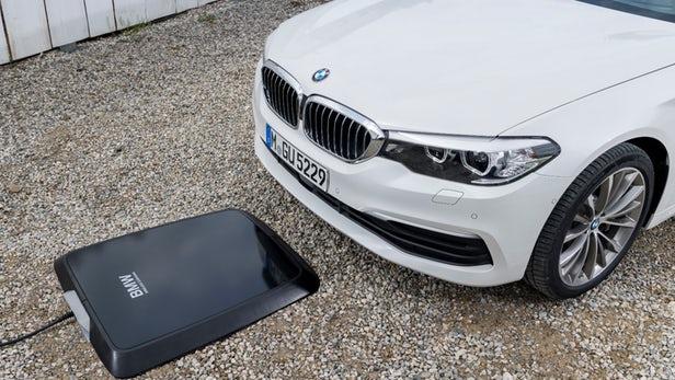 BMW presenta carga inalámbrica para híbridos enchufables