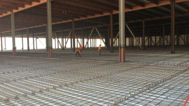 La fábrica se está construyendo sección por sección, por lo que parte de la fabricación podría comenzar antes de que se terminen otras partes del sitio.  Créditos: bbc.com