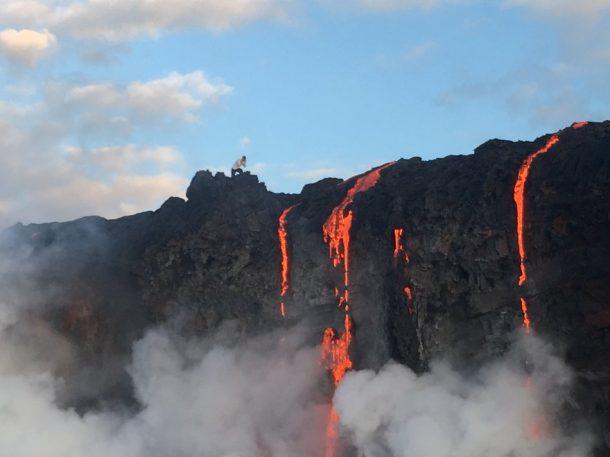 Sea testigo de la formación de nuevas tierras a medida que la lava fundida fluye hacia el océano en Hawai_Imagen 2