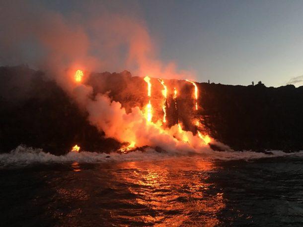 Sea testigo de la formación de nuevas tierras a medida que la lava fundida fluye hacia el océano en Hawai_Imagen 3