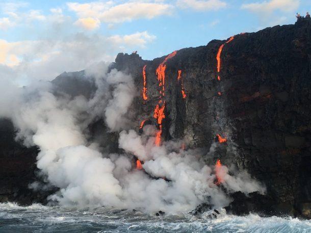 Sea testigo de la formación de nuevas tierras a medida que la lava fundida fluye hacia el océano en Hawai_Imagen 4