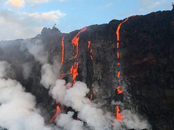 Sea testigo de la formación de nuevas tierras a medida que la lava fundida fluye hacia el océano en Hawai_Imagen 5