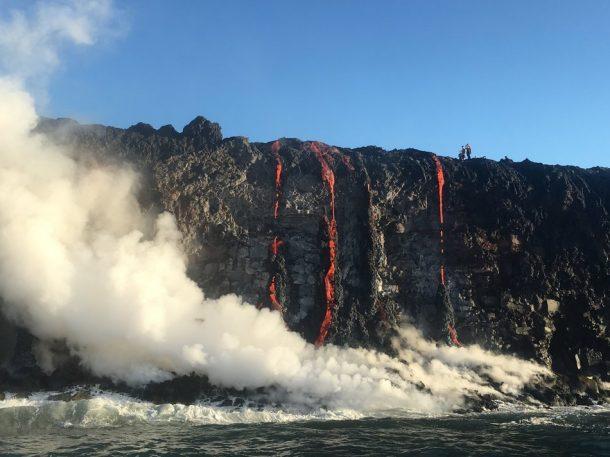 Sea testigo de la formación de nuevas tierras a medida que la lava fundida fluye hacia el océano en Hawai_Imagen 7