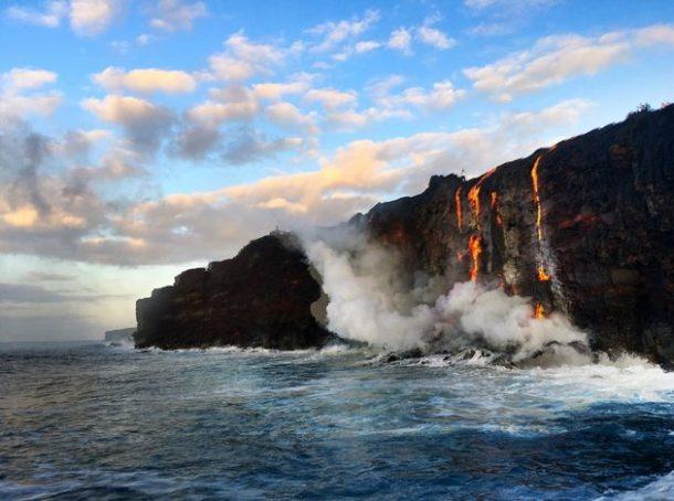 Sea testigo de la formación de nuevas tierras a medida que la lava fundida fluye hacia el océano en Hawai_Imagen 0