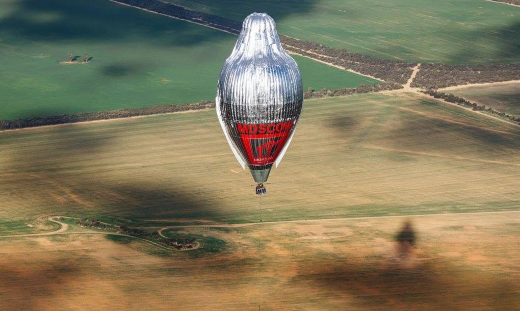 El aventurero ruso logra un récord mundial al volar alrededor del mundo en un globo en 11 días