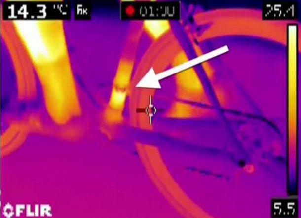 Las imágenes térmicas revelaron calor en el área exacta donde estaría un motor oculto. [Picture credits: from road.cc]
