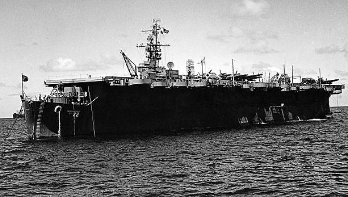 Archivo: en esta foto de archivo de julio de 1946 se muestra la independencia del USS cerca del atolón Bikini.  Los científicos han redescubierto un portaaviones en su mayor parte intacto de la Segunda Guerra Mundial que la Marina de los EE. UU. Escapó de la costa del norte de California hace décadas.  El USS Independence se ubicó y se grabó un video como parte de una misión nacional oceánica y atmosférica para ubicar y mapear un estimado de 300 naufragios históricos en las aguas fuera del puente Golden Gate de San Francisco.  Las imágenes capturadas por un submarino en miniatura controlado a distancia mostraron a la Independencia sentada verticalmente a unas 30 millas al oeste de la costa y cerca de las Islas Farallón.  (Foto AP / Clarence Hamm, Archivo)