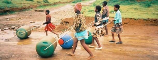 Hippo Water Roller - Ayudando a las familias en África a buscar agua
