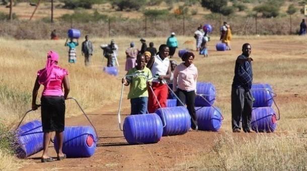 Hippo Water Roller - Ayudando a las familias en África a buscar agua 2