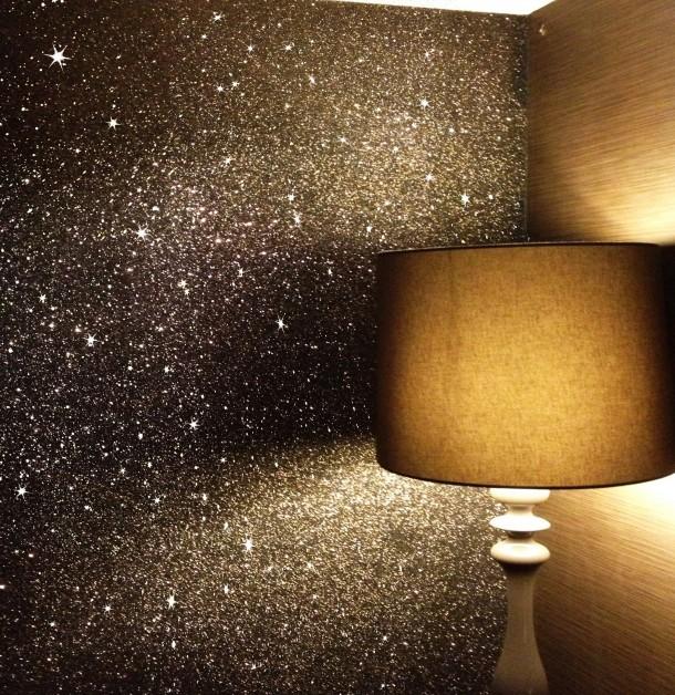 lámpara de mesa combinada con papel pintado brillante