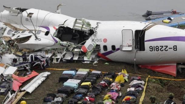 Los equipajes se colocan cerca de los restos del avión GE235 de TransAsia Airways después de que se estrelló contra un río, en la ciudad de Nueva Taipei, el 5 de febrero de 2015. El número de muertos por el avión que se estrelló en el río poco después de despegar ha aumentado a 31, taiwaneses dijeron funcionarios el jueves, y podrían aumentar aún más con 12 personas desaparecidas.  El vuelo, que transportaba a 58 pasajeros y tripulantes, se tambaleó entre edificios, recortó un paso elevado con una de sus alas y se estrelló boca abajo en aguas poco profundas poco después de despegar del aeropuerto del centro de Taipei el miércoles.  REUTERS / Pichi Chuang (TAIWÁN - Etiquetas: IMÁGENES DE TRANSPORTE DE DESASTRES TPX DEL DÍA)