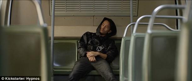 Esta sudadera con capucha tiene una almohada inflable para que puedas dormir 5