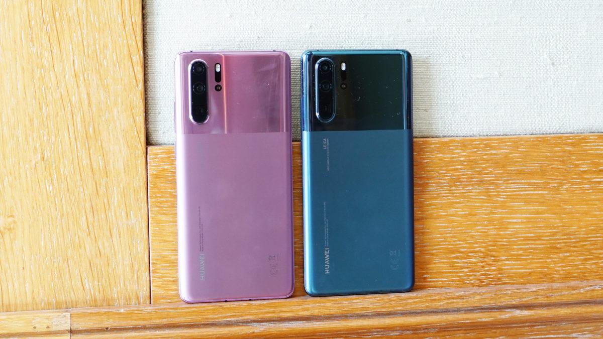 Huawei P30 Pro en lavanda azul brumosa en ángulo hacia atrás