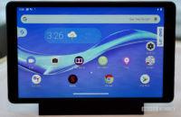 El Lenovo Smart Tab M8 está acoplado