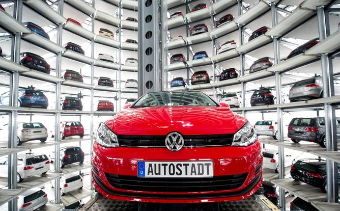 epa04943428 (ARCHIVO) Una foto de archivo con fecha del 14 de marzo de 2013 muestra un Volkswagen Golf VII recogido por un elevador automático para ser transportado fuera del silo de vidrio, que se utiliza como almacenamiento para automóviles VW nuevos en el Autostadt (Autocity) en Wolfsburg, Alemania .  El fabricante de automóviles alemán Volkswagen el 21 de septiembre de 2015 emite una advertencia de ganancias para el tercer trimestre a raíz del escándalo en torno a las pruebas de escape manipuladas en los EE. UU.  Unos 11 millones de automóviles en todo el mundo están afectados por el software de control de emisiones, dijo Volkswagen.  EPA / SEBASTIAN KAHNERT