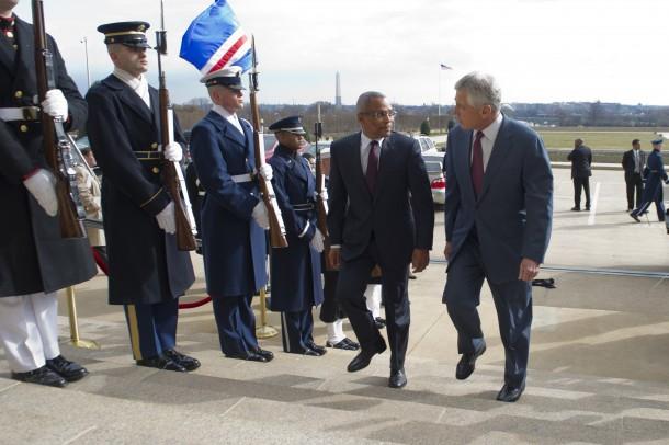 130328-D-TT977-063 El secretario de Defensa Chuck Hagel, a la derecha, escolta al primer ministro de Cabo Verde, José María Neves, a través de un cordón de honor y al Pentágono el 28 de marzo de 2013. Hagel también dio la bienvenida al presidente de Sierra Leona, Bai Koroma, y al presidente de Malawi Joyce. Banda para reuniones conjuntas.  Foto del DoD por el suboficial de primera clase Chad J. McNeeley, Marina de los EE. UU.  (Publicado)