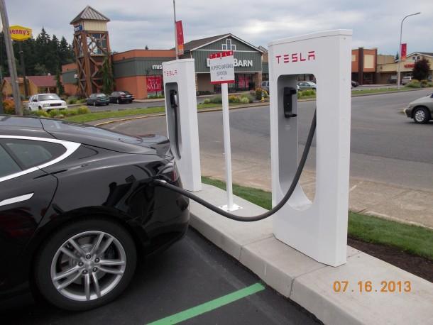 Esta estación de sobrealimentación de Tesla en Centralia es una de las cuatro en Washington y Oregón que está construyendo ADK Electric, con sede en Vancouver.  (Foto enviada)