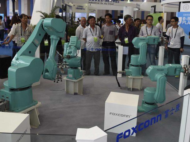 Aumento de AI El fabricante de iPhone de Apple reemplazó a más de la mitad de sus trabajadores en una fábrica con Robots_Image 1