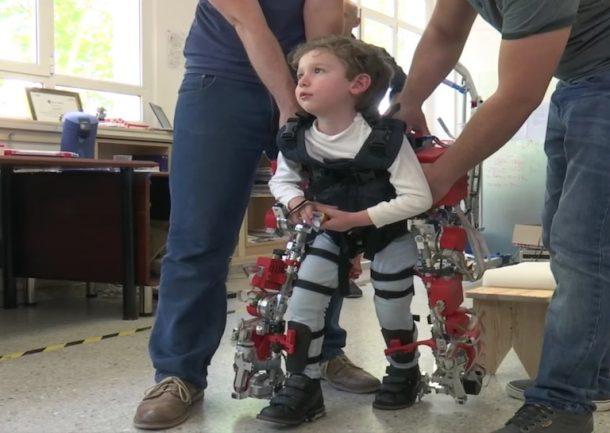 El exoesqueleto infantil permite que los niños discapacitados caminen