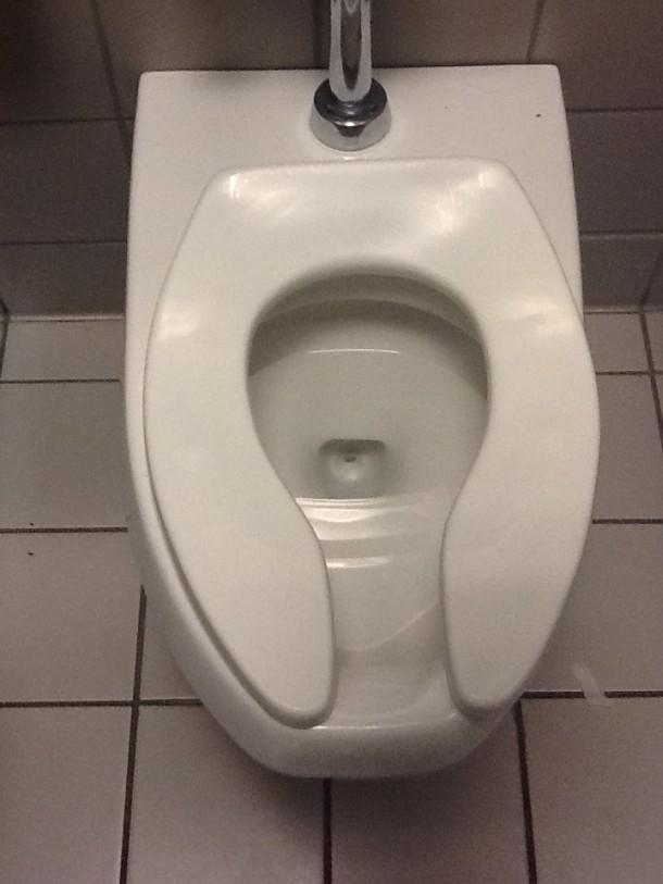 Esta es la razón por la cual los asientos de inodoros públicos tienen forma de U 3