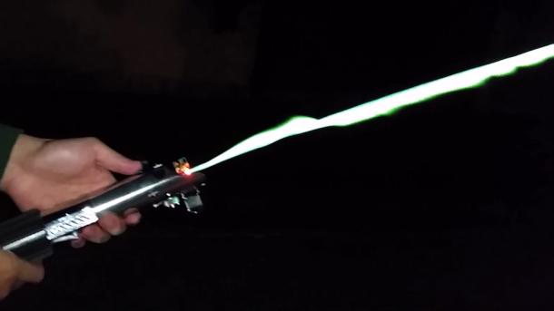 Sable de luz ardiente real creado por un ingeniero 2