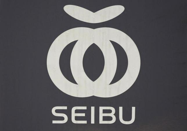 Un logotipo de Seibu Railway Co., unidad de servicio ferroviario de Seibu Holdings, se ve en el vagón de tren en una estación en Tokio el 25 de junio de 2013. REUTERS / Issei Kato