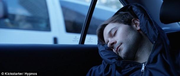 Esta sudadera con capucha tiene una almohada inflable para que puedas dormir 2