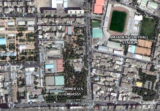 La imagen aérea muestra la ubicación del estadio y la embajada.