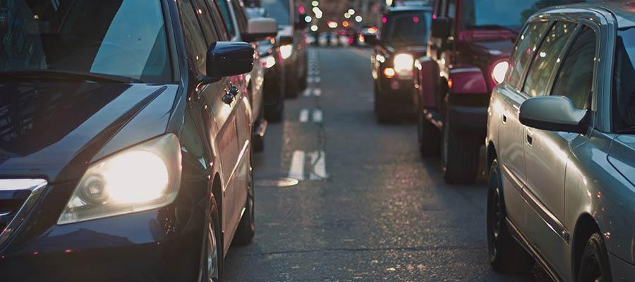Những chiếc xe dừng lại trên đường cao tốc.