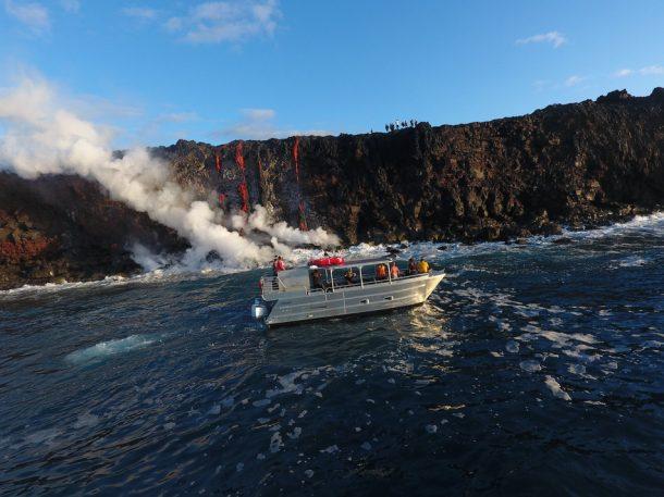 Sea testigo de la formación de nuevas tierras a medida que la lava fundida fluye hacia el océano en Hawai