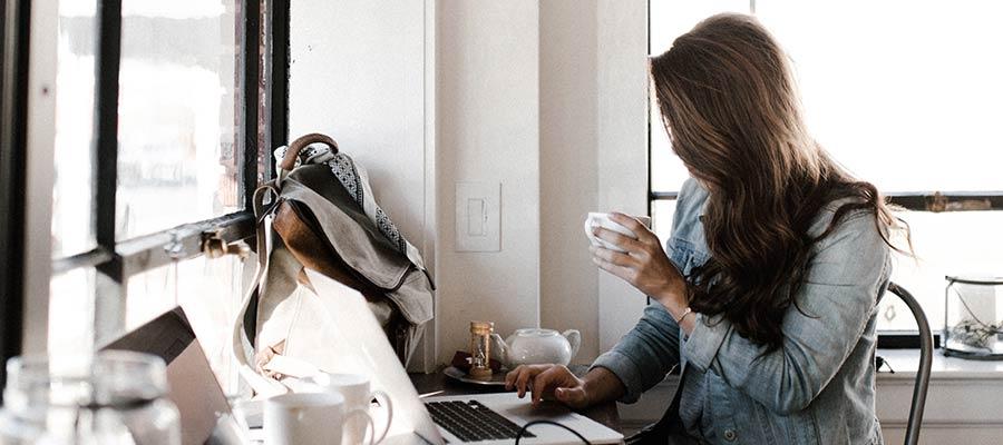 Osoba pracujúca na počítači.