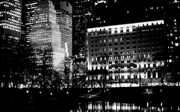 La plaza se refleja en el estanque de noche