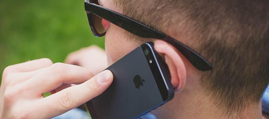 Muž hovorí o mobilný telefón.