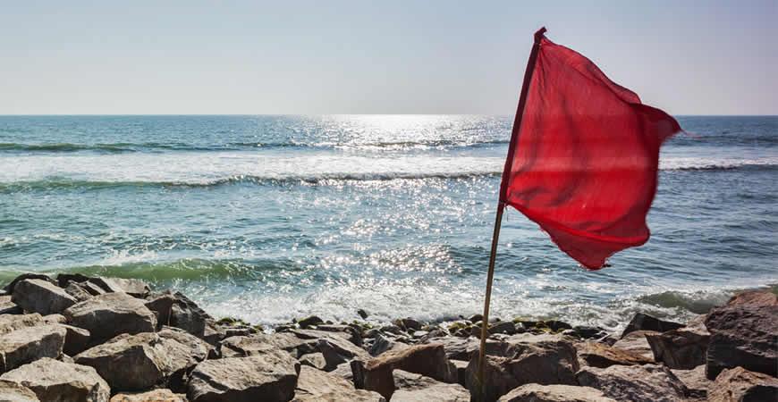 bandera roja mar tempestuoso