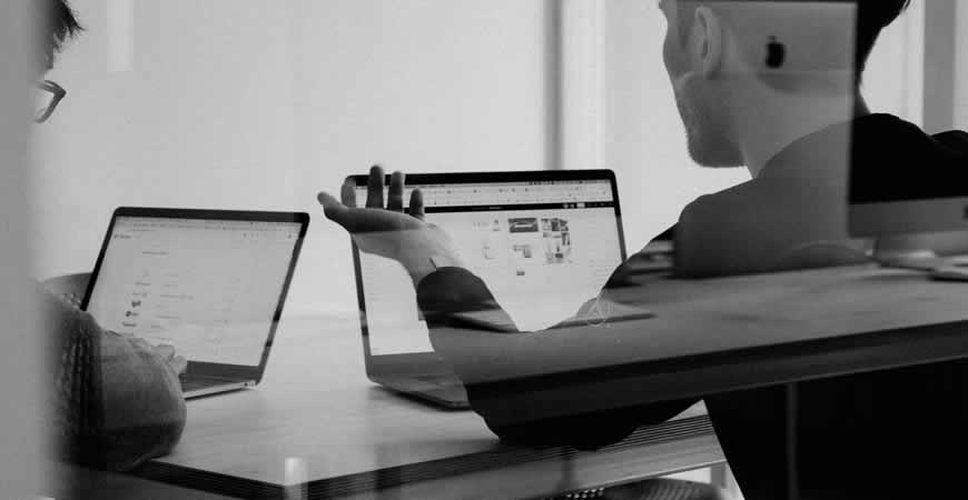 discusión del diseñador del cliente reunión en blanco y negro